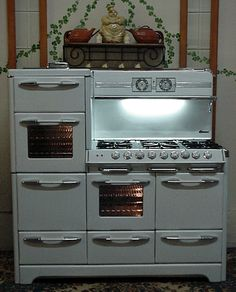 O'Keefe & Merritt Aristocrat King Of Gas Ranges 6 Burner Double Oven Double Broiler with warming oven & GRIDDLE ~ I would love to have this stove! Antique Kitchen Stoves, Antique Stove, Old Kitchen, Kitchen Items, Kitchen Dining, Kitchen Decor, Kitchen Oven, Kitchen Gadgets, Vintage Kitchen Appliances