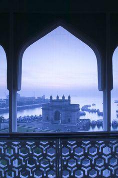 Shivani-J'ai mit un photo de Bombay, car plusieurs page prend place en Bombay. Le train  au Callcutta de Bombay etait tres importants pour la tour. Bombay est un ville portuaire, alors c'est la premiere place qu'on visite par bateau.