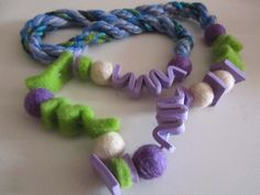 Collana in feltro e crepla verde viola e blu