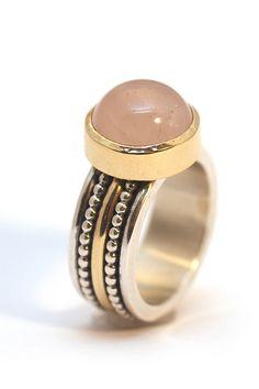 Goudsmid Astrid Coene, ontwerpt en maakt prachtige sieraden. Vervaardigd uit zilver en goed, daarbij in combinatie met edelstenen. Kijk op astridcoene.nl voor haar ontwerpen. Ze maakt de sieraden ook op maat.