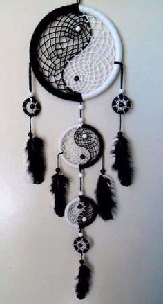 26 Beautiful Dream Catcher Ideas and Tutorials 19 Yin Yang Black and White Dream catcher Los Dreamcatchers, Beautiful Dream Catchers, What Are Dream Catchers, Making Dream Catchers, Dream Catcher Craft, Black Dream Catcher, Homemade Dream Catchers, Dream Catcher Bedroom, Dream Catcher Bracelet