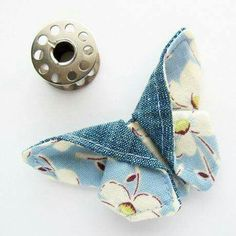 Tiny Origami Fabric Butterfly by michellepatternscom - 11 fabric crafts scraps quilt ideas Origami Butterfly, Butterfly Quilt, Butterfly Crafts, Fabric Butterfly Diy, Origami Bow, Butterfly Pin, Easy Origami, Butterfly Template, Origami Flowers