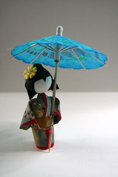 I made this cute little geisha doll myself out of Japanese washi, following a tutorial from Dust of Enchantment on Etsy. I plan to do dozens ! :)
