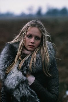 Twiggy, 1970s   fur   collar   leather jacket   blonde   plats   nature   walking   fresh air     