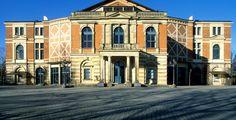Bayreuth (Bayern): Bayreuth ist eine kreisfreie Stadt im bayerischen Regierungsbezirk Oberfranken. Die Stadt ist Sitz der Regierung von Oberfranken, des Bezirks Oberfranken und des Landratsamtes Bayreuth. Weltberühmt ist Bayreuth durch die jährlich im Festspielhaus auf dem Grünen Hügel stattfindenden Richard-Wagner-Festspiele. Das markgräfliche Opernhaus gehört seit 2012 zum UNESCO-Weltkulturerbe. Anders als der Name vermuten lässt, gehört die Stadt erst seit dem Jahr 1810 zu Bayern.