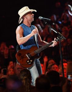 Kenny Chesney Photos - Kenny Chesney performs during the Academy of Country Music Awards at MGM Grand Garden Arena on April 2018 in Las Vegas, Nevada. - Academy Of Country Music Awards - Show Academy Of Country Music, Country Music Awards, Kenney Chesney, Best Country Singers, Tim Mcgraw, Cool Countries, Your Music, Handsome, Concert