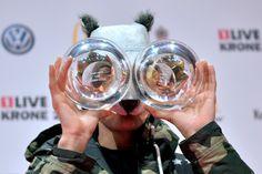 BOCHUM, NIEMCY. Niemiecki raper Cro swoim znakiem rozpoznawczym uczynił maskę pandy. Chociaż nie ma pojęcia, czemu akurat wybrał to zwierzę, publice się to podoba! Nagrodziła go na niemieckim 1Live Krone.