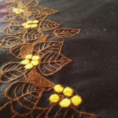 ナンキンハゼ、2枚目完成〜〜 線画とはいえ、めちゃ時間かかる…。バッグの片面だけに刺繍すれば良かったと思ったり、この広い面に刺繍した方が良い!と思ったり 今日は、台風も過ぎやっと晴れ☀️洗濯物が乾いて、太陽の匂いがして嬉しい #刺繍 #手芸 #花 #草花 #手仕事 #ハンドメイド #handmade #embroidery #handembroidery #flower #brooch #plant#votanical #leaves #needlework #紅葉 #木の実 #autumn #ナンキンハゼ #バッグ #線画 #tetote #bag