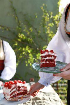 Deilig kake til 17. mai feiringen! Prøv denne fantastiske oppskriften på en deilig Red Velvet-kake. Camembert Cheese, Sweden, Lady, Summer, Food, Baking Soda, Summer Time, Essen, Meals
