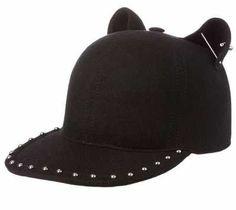 Los Complementos Femeninos Las gorras de mujer son uno de los complementos  femeninos que más definen el carácter urbano de la mujer cosmopolita que  vive en 427c9ed2d67