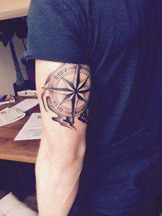 hier ist ein mann mit einem großen schwarzen compass tattoo auf seiner hand idee für tätowierung mit kompass für männer