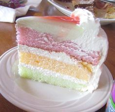 If there's one cake to try in Los Angeles, it's the King's Hawaiian Paradise Cake. This cake is light and delicious and shockingly pretty when cut. King's Hawaiian Bakery is. Paradise Cake Recipe, Hawaiian Dessert Recipes, Hawaiian Dishes, Guava Cake, Guava Chiffon Cake Recipe, Guava Cupcakes, Hawaiian Bakery, Brunch, Cake Trends