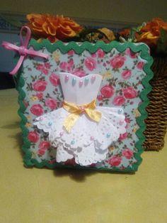 Cuadro decorado con tela vestido de blonda y pasamaneria y perlitase