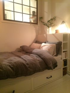 Säng förvaring lådor platsbyggd säng Garage Apartments, Compact Living, Room Decor, Interior Design, Bedroom, House, Furniture, Kids, Nest Design