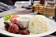 FILIPINAS: Un desayuno tradicional filipino incluye arroz y salchichas (longaniza), combinado con ensalada y frijoles. Breakfast in the Philippines - tednmiki/Getty Images.