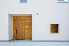 位於愛知県一宮市的「壁の家」,這個每坪單價51万円的注文住宅,以白色塗料被覆外觀,選擇木門和木窗將居家隱私藏於屋內,而在高處設置採光玻璃窗,讓住家呈現明亮清透的氛圍。屋內設計則以簡樸為主,創造可以隨需要擴展的生活居家。 via フリーダムアーキテクツデザイン株式会社