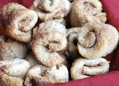 Com ingredientes simples e instruções fáceis de seguir, esses rolinhos de canela feitos com pão de forma são extraordinários! Veja a receita ideal para acompanhar seu cafezinho: - Veja mais em: http://www.vilamulher.com.br/receitas/paes-e-pizzas/rolinhos-de-canela-feitos-com-pao-de-forma-692801.html?pinterest-destaque