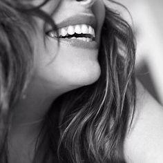 Defensa de la alegría Defender la alegría como una trinchera defenderla del escándalo y la rutina de la miseria y los miserables de las ausencias transitorias y las definitivas defender la alegría como un principio defenderla del pasmo y las pesadillas de los neutrales y de los neutrones de las dulces infamias y los graves diagnósticos defender la alegría como una bandera defenderla del rayo y la melancolía de los ingenuos y de los canallas de la retórica y los paros cardiacos de las…