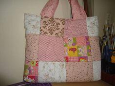Bolsa para notebook em patchwork, com manta acrílica, feita em tecido 100% algodão, com forro interno, sem bolsos internos, fechamento com botões de imã. R$ 120,00