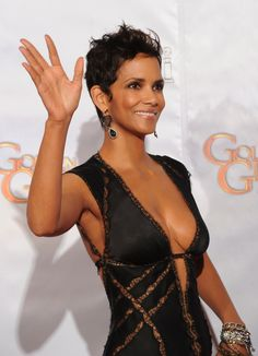 ▷ 61 ideas for modern short hairstyles that look fresh and playful - Halle Be. - ▷ 61 ideas for modern short hairstyles that look fresh and playful – Halle Berry, ideas for sh - Estilo Halle Berry, Halle Berry Style, Halle Berry Hot, Modern Short Hairstyles, Short Hair Styles, Beautiful Celebrities, Beautiful Actresses, Beautiful Black Women, Beautiful People