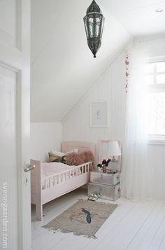 Schuin dak, witte hoogglans houten vloer