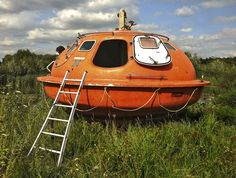 Capsule Hotel near Den Haag Netherlands. Your own survival pod! Escape pod hotel in a seaside dock location Uppsala, Bushcraft, Bed And Breakfast, Float Room, Unusual Hotels, Capsule Hotel, Hotel Pool, Oil Rig, The Hague