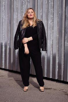 0b6dbb6ecbd2 Black Jumpsuit   Black Leather Jacket   Curvy Fashion Mode Große Größen,  Mode Tipps,