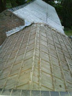 Met zicht op t zonnetje morgen, vanavond de dakpannen (en schoorsteen) van de bijkeuken afgehaald [27-05-2013]
