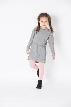 Lootz adore cette jolie robe grise de la marque danoise Albababy, avec un motif de fleurs avec des touches et base de l'imprimé légèrement rosés. Taille centrée élastique, manches longues, tissu doux et fluide. Une robe aussi originale que confortable. Jersey simple, certifié Oeko-tex.  Coton: 48%  Modal: 48%  Elastanne: 4%