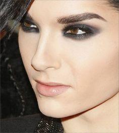 El maquillaje en conjunto con los rasgos delicados generan una sensación bella e inquietante.