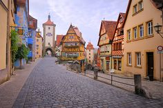19 road-trips en Europe à ne pas rater Rothenburg Ob Der Tauber, Road Trip Europe, Road Trips, Classic Architecture, Where To Go, Great Places, Places To Visit, France, House Styles