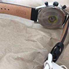 Hugo Boss - Black Herrenchronograph - 1512631- Heren - 2011-heden  KENMERKEN:-Chronograph-waterdicht tot 5 ATM-gehard mineraal crystal-luminous handen-Datum diafragma-zwarte witte wijzerplaatBEHUIZING:-Roestvrij staal-Ø 44mm-gepolijst / gematteerdBAND  GESP-hoogwaardige leren band met gespsluiting-Strap lengte 26 cm-Breedte van de band 22mmTECHNOLOGIE:Quartz uurwerkBIJ DE LEVERING INBEGREPENHorloge-De doos van de gift van de Hugo Boss-GebruiksaanwijzingWij leveren al onze uurwerken…