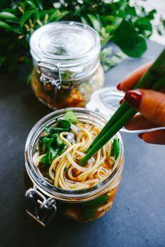 Witzige Idee: Nudeln to go - aus einem Glas mit Stäbchen essen