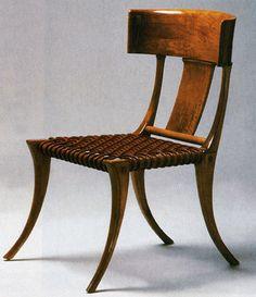 Los muebles grecorromanos más conocidos son los de asiento: silla de tijera (gr. disfros), silla de patas divergentes (gr. klismos), butacas envolventes de mimbre, etc. Los romanos, además, contaban con una tipología específica de mueble de asiento: el bisellium, adelantado por un escabel donde reposar los pies. Ofrecía una imagen señorial del amo de la casa. Silla o klismos realizada según modelo griego.
