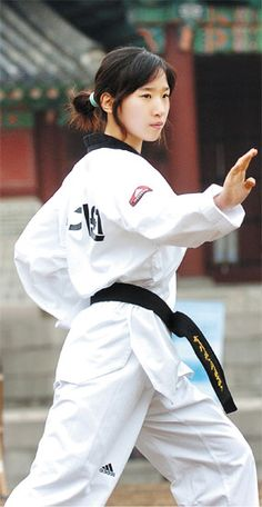 Female warrior in stance. Taekwondo Girl, Karate Girl, Korean Martial Arts, Martial Arts Women, Jiu Jitsu, Muay Thai, Shotokan Karate, Female Martial Artists, Art Of Fighting