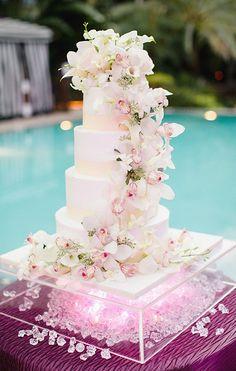 Pastel de bodas decorado con cascada de flores.