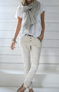 This neutral look is something I would have never thought of- Khaki skinnies, a white slouchy tee, and a polka dot scarf.