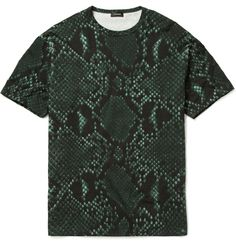 JIL SANDER PYTHON PRINT COTTON-BLEND T-SHIRT £296.99 EDITORS' NOTES Give your look some serious bite with this python print T-shirt by Jil Sander in poison green and navy. The exotic imagery will lend an air of well-travelled sophistication to your ensemble - don this piece with low-key staples to let the rich pattern pop.
