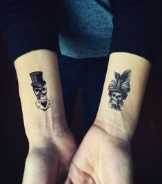 Photo taken from Tattoo couple: 20 ideas to be tattooed to two … - Tattoos Skull Couple Tattoo, Couple Tattoos Love, Skull Tattoos, Leg Tattoos, Body Art Tattoos, Feather Tattoos, Spouse Tattoos, Partner Tattoos, Diy Tattoo