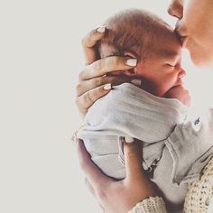 newborn photo ideas // mother and child portrait // mommy and baby picture pose inspiration
