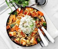 Smakrik och mättande halloumisallad, som dessutom är både enkel och snabblagad. Tärna halloumin och stek den frasig i lite olivolja. Vänd ner osten i den ljumma salladen av bulgur, lök, morötter och zucchini och servera tillsammans med rivig rucola och syrlig citron- och gurkröra. Perfekt vardagsmat! Veggie Recipes, Vegetarian Recipes, Healthy Recipes, I Love Food, Good Food, Yummy Food, Greens Recipe, Food For Thought, Food Inspiration