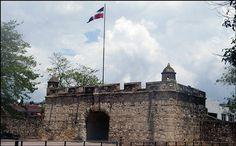 PUERTA DEL CONDE Construido en 1588 y Donde revolucionarios , Duarte, Sanchez, y Mella firman declaración de la independencia de República Dominicana.