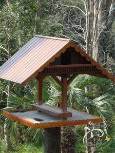 PROSA - TRECOS E CACARECOS: COMEDOURO DE PÁSSARO! craft Large Bird Feeders, Wood Bird Feeder, Bird House Feeder, Outdoor Projects, Wood Projects, Bird Tables, Bird House Plans, Bird Houses Diy, Creation Deco