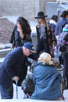 Selena en LAX, aeropuerto de Los Angeles junto a Ashley Cook y Courtney.