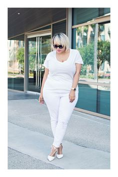 Summer Outfit Idea: White Jeans - casual white t-shirt worn with white skinny jeans + matching sexy t-strap pointy toe heels Gabi Fresh How To Wear White Jeans, White Jeans Outfit, All White Outfit, White Denim Jeans, Skinny Jeans, Fancy Dress Outfits, Komplette Outfits, Stylish Outfits, Party Outfits