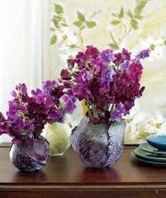 The rich tones of sweet peas and cabbages (yes, cabbages) work together beautifully in a creative combination.