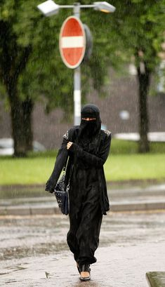 Muslim Women Wearing The Controversial Niqab In The UK 10 of 14 - Zimbio Arab Girls Hijab, Girl Hijab, Niqab, Face Veil, Beautiful Mosques, Kareena Kapoor Khan, Muslim Women, Hijab Fashion, Women Wear