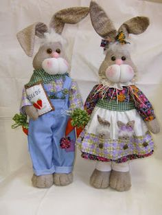 Cordão de páscoa - R$ 28,00 cada - 60cm  Casal coelhos de pé - R$ 52,00 cada - 50cm de altura (este casal pode ser colocado no chão, pois fi...