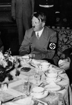 La última cena de Hitler, Hendrix, Cobain y otros personajes antes de morir
