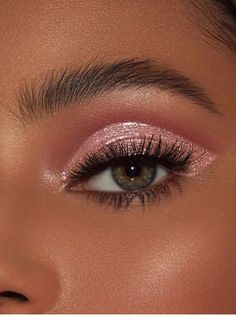 Roses are Red Glitter Eyes - 10 makeup Christmas hair ideas Makeup Trends, Makeup Hacks, Makeup Goals, Makeup Inspo, Makeup Inspiration, Makeup Ideas, Makeup Tutorials, Makeup Kit, Nail Ideas
